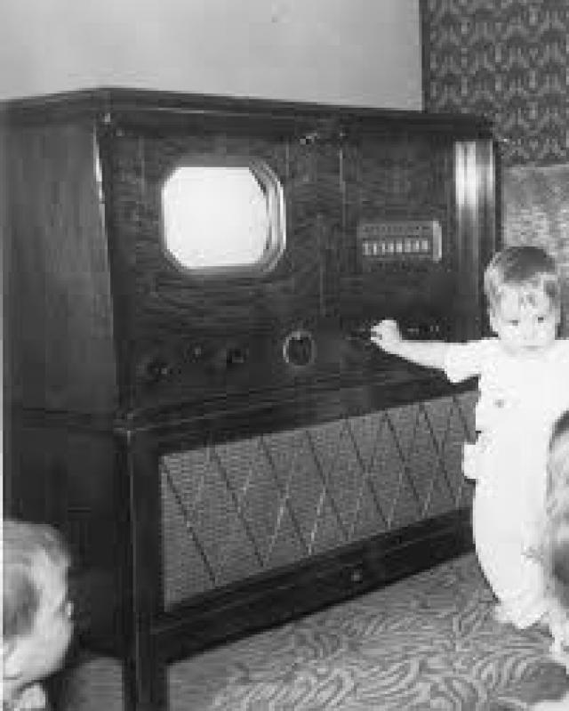Телевизор. Выпуск телевизоров с электронно-лучевой трубкой был начат в США в 1939 году.