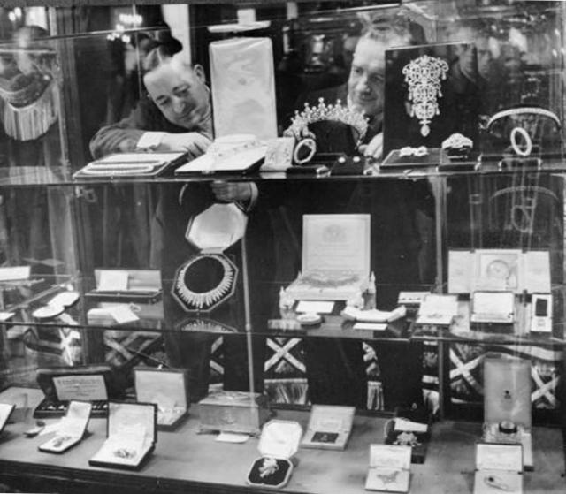 Другие подарки включали в себя целую комнату канадской антикварной мебели, канадский алмаз и платиновую брошку для Дианы и 20 серебряных блюд от австралийцев.
