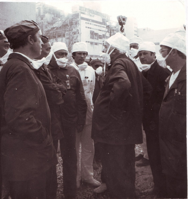 """Однако в 1991 году комиссия Госатомнадзора СССР заново рассмотрела этот вопрос и пришла к заключению, что """"начавшаяся из-за действий оперативного персонала Чернобыльская авария приобрела неадекватные им катастрофические масштабы вследствие неудовлетворительной конструкции реактора"""""""