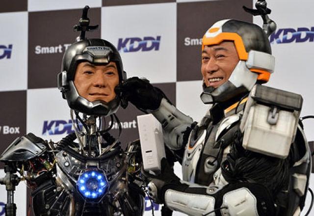 18. У известного японского актера Кена Мацудайра есть робот-двойник , который был разработан специально для съемок рекламы японской телекоммуникационной компании KDDI.