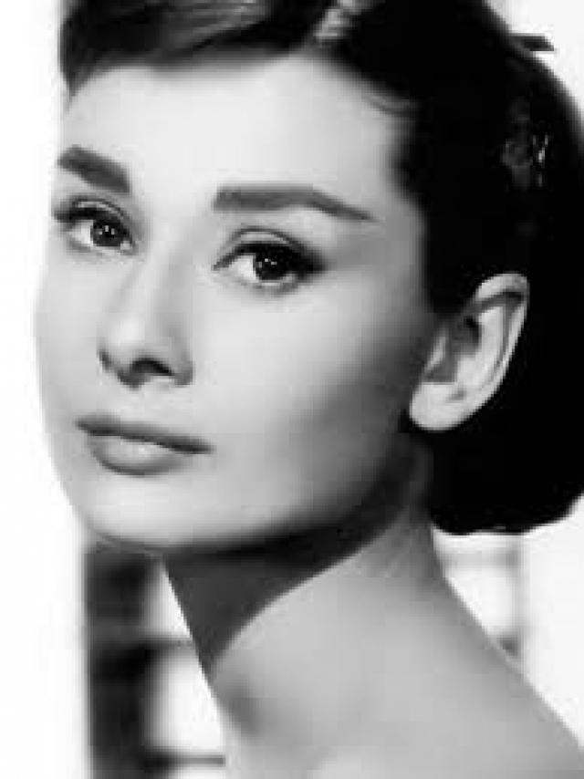 Одри Хепберн - Одри Кэтлин Растон. Отец Одри часто менял свою фамилию\ , ее фамилия тоже менялась. Так, спустя некоторое время после рождения дочери, он добавил к своей фамилии Хепберн, соответственно и фамилия Одри стала такая же как у отца - Хепберн-Растон.
