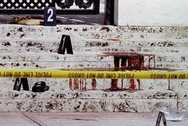 """Версаче шел на виллу из """"News Cafe"""", расположенного неподалеку, где выпил чашечку кофе и купил газеты. Около дома к нему подбежал молодой человек в темных шортах, светлой майке и белой бейсболке, выстрелил два раза в упор и скрылся, сев в красный фургон """"Шевроле""""."""