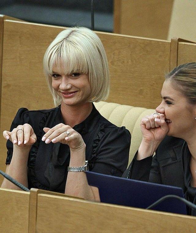 """Член партии """"Единая Россия"""", избрана депутатом Госдумы РФ в 2007 году, является вице-президентом Федерации спортивной гимнастики России."""