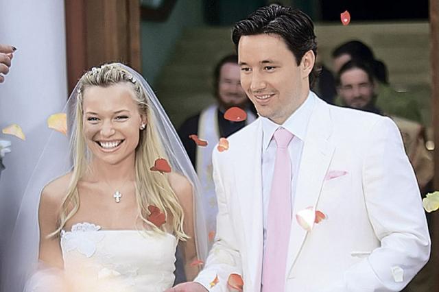 Хоккеист попросил друзей из шоу-бизнеса познакомить его с красавицей, а спустя пять лет знакомство увенчалось пышной свадьбой в Новодевичьем монастыре.