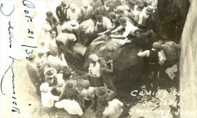 """4 июля 1928 Жан Лассир по прозвищу """"Улыбающийся Жан"""" совершил поездку по краю водопада в большом резиновом шаре."""
