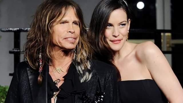 """""""Мне было где-то восемь-девять лет. Я еще не знала, кто такие Aerosmith. Мы были в каком-то заведении, где играл Тодд. Мама сказала: """"Иди, я хочу представить тебя кое-кому"""" и показала на какого-то человека, который стоял у бара""""."""