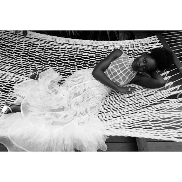 Графичный верх и юбка с перьями идеально вписались в образ актрисы.