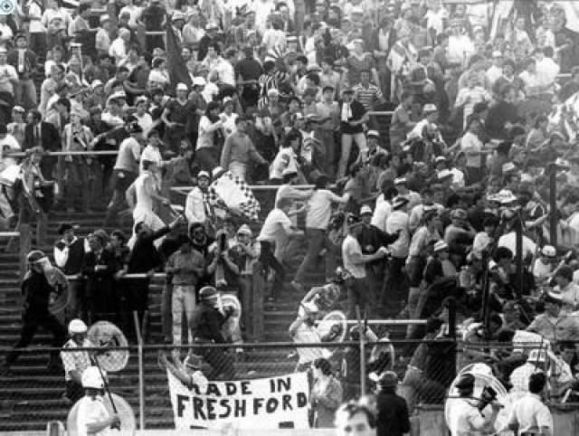 После того как судья объявил о своем решении, стадион вскипел. Завязалась драка, и на выходе из стадиона образовалась давка. Все попытки администрации успокоить толпу лишь усугубили ситуацию. В результате погибло, как минимум, 300 болельщиков, около 500 человек получили различный травмы.