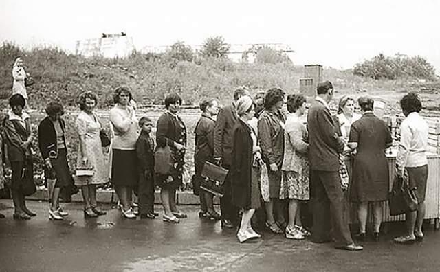 """Удовлетворив жажду зрелищ, люди вновь вставали за """"хлебом"""" - это очередь за огурцами, которые в начале лета всегда были дефицитом, в 1979 году."""