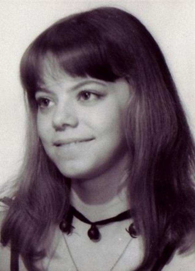 """Окончила Театральное училище им. Щукина, причем на последнем курсе в 1987 году была отчислена ректором В. Этушем за прогул, связанный с участием в съемках фильма """"Узник замка Иф"""" в Одессе, но смогла восстановиться и вскоре защитила диплом."""