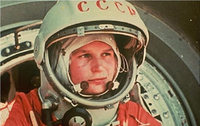 Первой женщиной облетевшей Землю по космической орбите была младший лейтенант ВВС СССР (ныне подполковник инженер летчик космонавт СССР) Валентина Владимировна Терешкова .