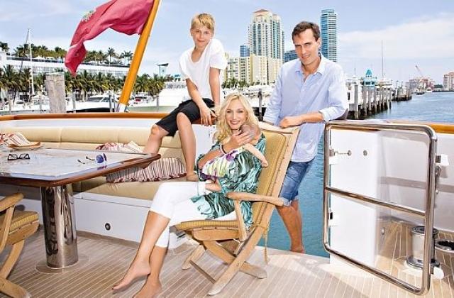 Поскольку Кристина любит принимать солнечные ванны, то влюбленные купили домик с собственным пляжем в стиле хай-тек. В доме есть две детские комнаты для сыновей Кристины и шикарный балкон с видом на пляж. Примерная стоимость такого жилища - 2,5 млн. долларов.