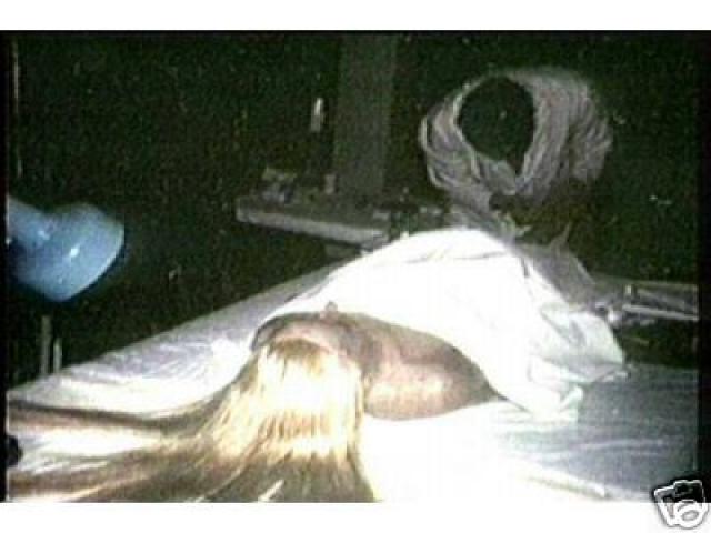 Не удивительно, что врачам было поручено забальзамировать тело покойной, чтобы желающие могли лицезреть любимицу и после ее смерти.