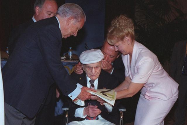 """Спортсмен признался в содеянном только в 1997 году, а спустя еще три года, в 103-летнем возрасте, он передал флаг Хуану-Антонио Самаранчу, тогдашнему президенту МОК, со словами """"Мне он больше ни к чему"""" ."""