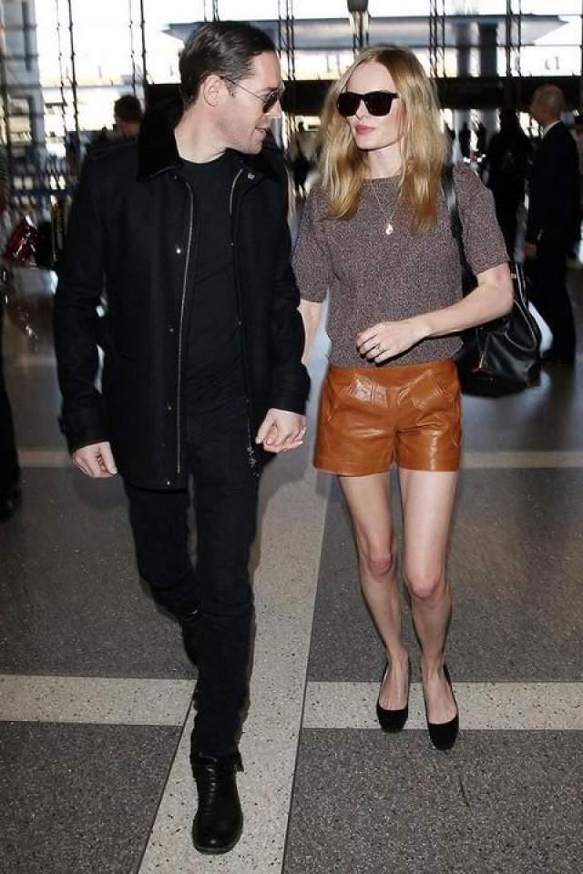Актриса Кейт Босуорт выглядит сногсшибательно в своих кожаных шортах на прогулке в компании мужа Майкла Полиша.