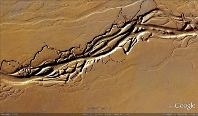Марсианские каналы на равнине Хриса могут говорить о том, что в нескольких метрах под поверхностью могут находиться озера жидкой воды и подземные источники.