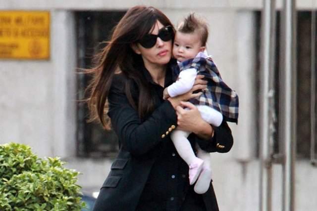 Моника Беллуччи . В 2009 году, когда ей было 45, Моника узнала о беременности. В конце 2010 года она родила своему тогда еще супругу Венсану дочь Леони.