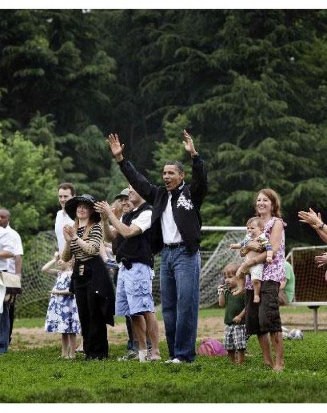 А вот такие мешковатые джинсы журнал GQ, например, нашел вполне соответствующими выходному стилю президента страны и главы семейства.