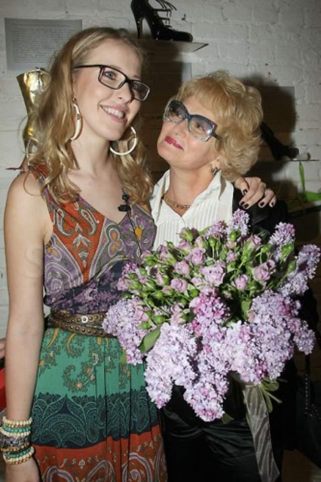 Собчак и мама Людмила Нарусова. 66-летняя мама светской львицы и начинающего политика сама является сенатором и политическим деятелем.