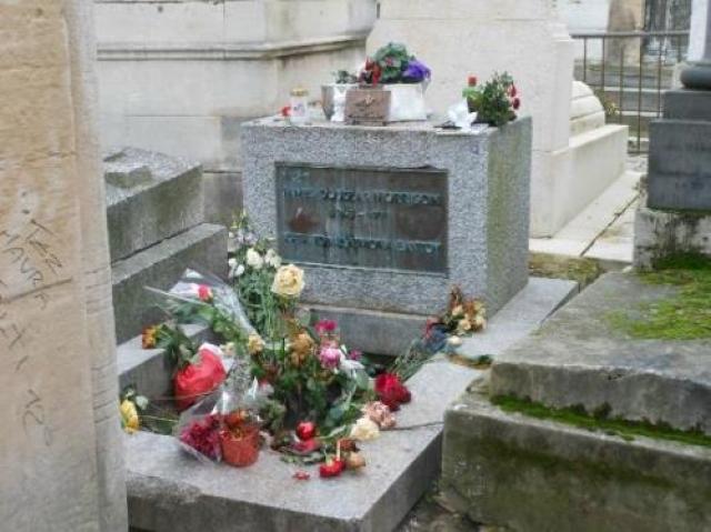"""Почему похороны проходили в такой спешке? На погребении не было даже родителей Моррисона. Клавишник Рей Манзарек Сиддонс высказал предположение: """"Почему вы думаете, что в гробу Джим? А может там 150 кг гребаного песка?"""" Еще стало известно, что июне 1971 Джим, разговаривая с другом, говорил, что хочет, чтобы его похоронили на кладбище в Пер-Лашез. На фото: могила Моррисона"""