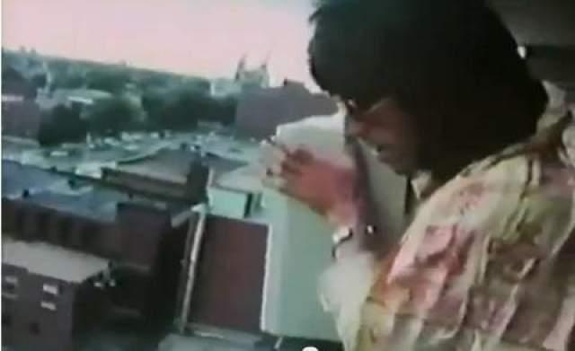 До сих пор неизвестно, почему музыкант в первый же вечер вздумал взять телевизор, потащить его на балкон 10 этажа и бросить его вниз, прямо на автопарковку. Все это он снимал на видео, которое впоследствии вошло в документальный фильм о Ричардсе.