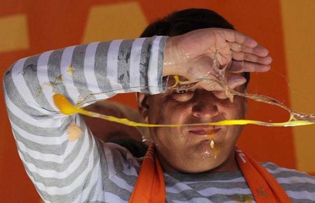 Май 2009: председатель Чешской демократической партии Иржи Пароубек пытается прикрыться от летящих в него яиц во время митинга в честь выборов в Европейский парламент в Праге.