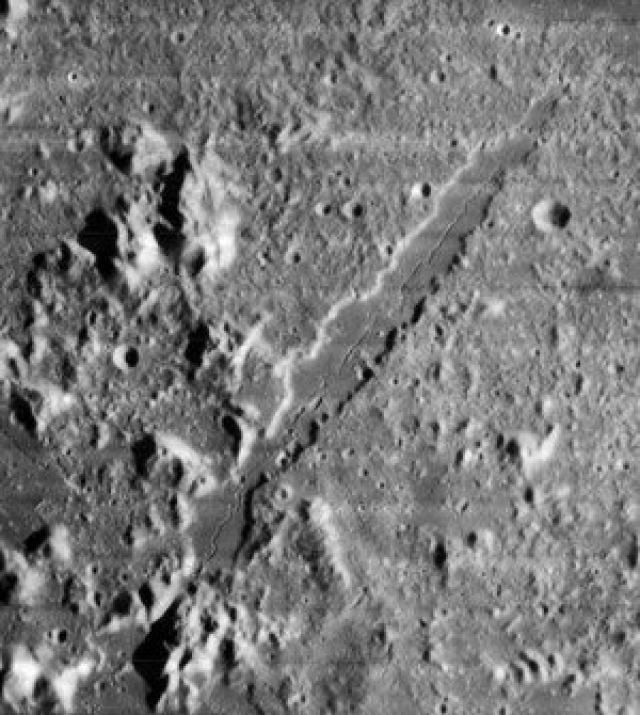 Великая Альпийская долина на Луне разделяет надвое огромную горную цепь. Длина долины более 100 км, ширина - более 7 км.