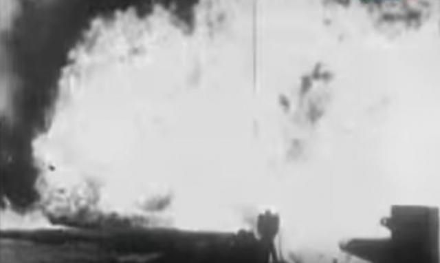 На месте самолета зияла черная воронка, над которой полыхало пламя.