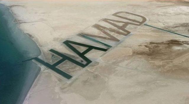 """Арабский шейх Хамад бин Хамдан Аль-Нахайян не только приобрел личный остров, но и снабдил его огромной подписью. Надпись """"HAMAD"""" размерами 1700 на 500 метров выполнена так глубоко, что постоянно наполнена морской водой."""