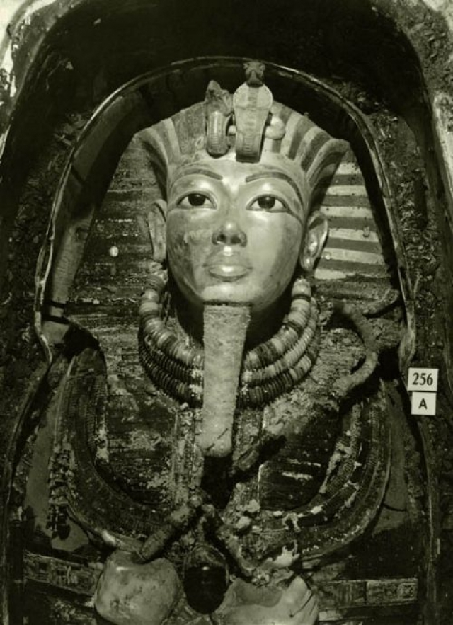 В отличие от остальных захоронений она была не тронута грабителями, а вся история с ее обнаружением и дальнейшей судьбой ученых стала легендарной .