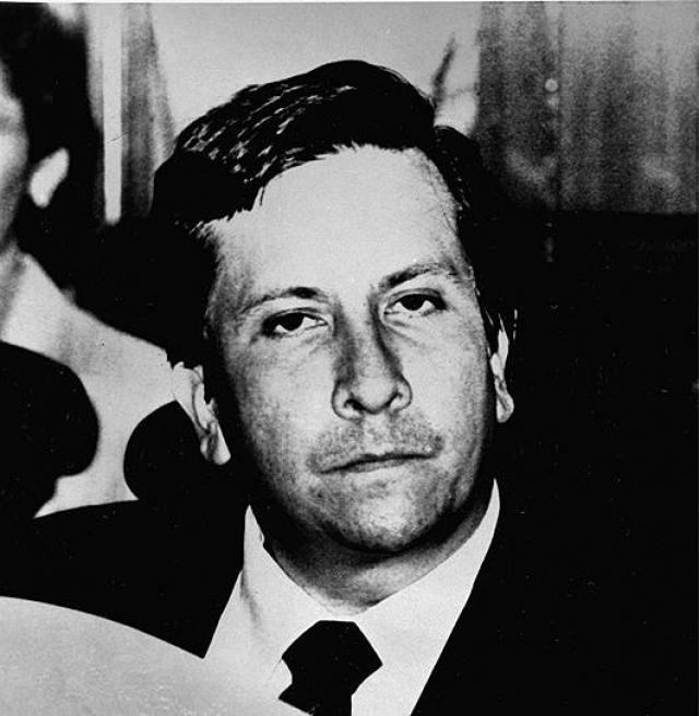 16 августа 1989 года от рук киллеров Эскобара погиб судья Верховного суда Карлос Валенсия. На следующий день был убит полковник полиции Вальдемар Франклин Контеро. 18 августа 1989 года на предвыборном митинге был застрелен известный колумбийский политик Луис Карлос Галан (на фото), который обещал в случае избрания его президентом страны начать непримиримую войну с торговцами кокаином, очистить Колумбию от наркобаронов, экстрадировав их в США.