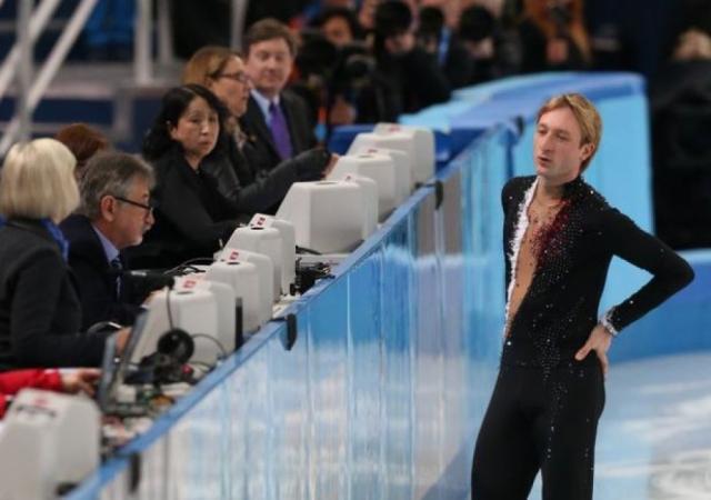 """Многие назвали такое неожиданное снятие """"театром с плохой режиссурой"""", обвинив Плющенко в том, что его коллеги по российской сборной не смогли выступить вместо него из-за эгоизма спортсмена."""