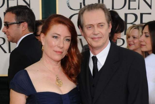 Между тем в личной жизни у актера все прекрасно... Было. В январе этого года у Стива умерла жена. Джо Андерс было 64 года.
