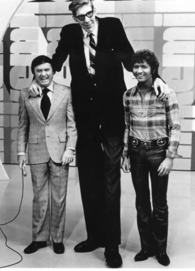Дон Келер, 1925-1981, США. Рост 2,49 метра. С 1969 по 1981 год Дон носил титул самого высокого человека в мире (все это время за ним пристально следили медики). Рост его составлял 2 метра 49 сантиметров. Дон начал аномально быстро расти с 10 лет.