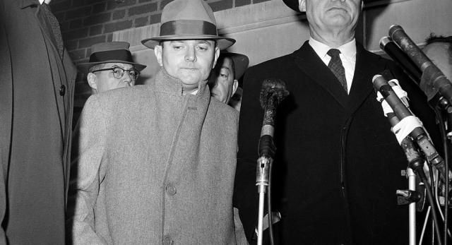 Гринглас говорил, что Джулиус предлагал ему деньги, чтобы уехать, и позднее вернулся с четырьмя тысячами долларов для этой цели. Но было уже поздно.