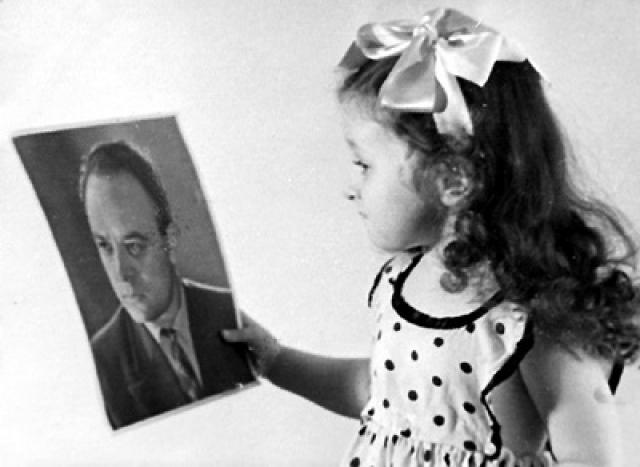На руках безработного актера осталась четырехлетняя девочка. Приняли актера лишь в захолустном тогда Театре им. Пушкина, но и там главных ролей и гастролей не предлагали.