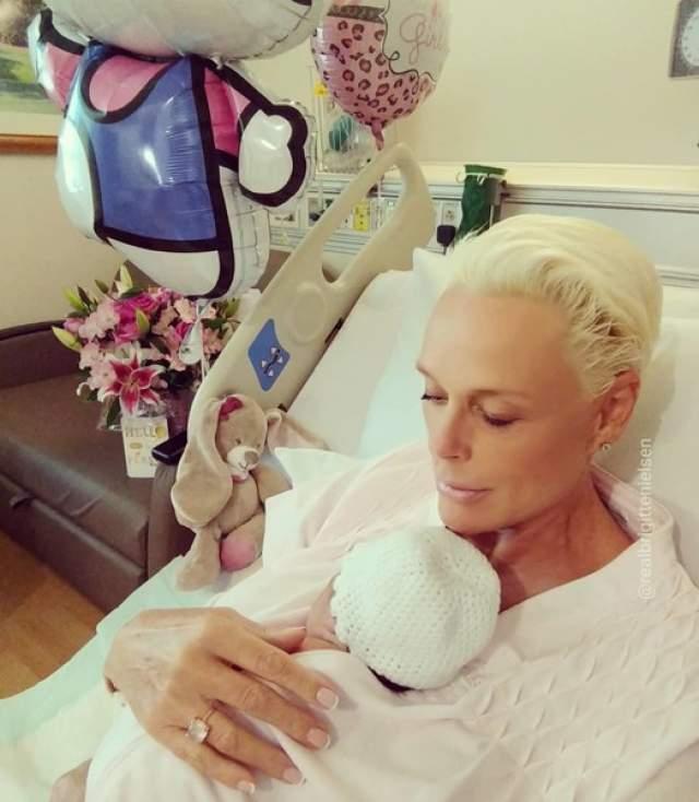 Бригитта Нильсен, июнь. Экс-супруга Сильвестра Сталлоне в 54 сама выносила и родила пятого ребенка. Дочь назвали Фридой.