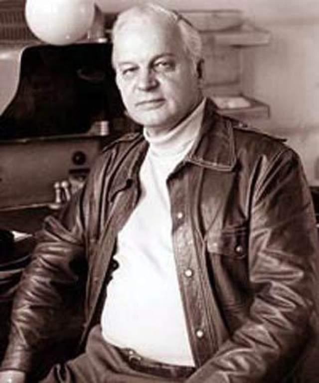 За несколько месяцев до этого умер его отец- режиссер Станислав Ростоцкий. Сплетники зашептались о роке, нависшем над знаменитой семьей.