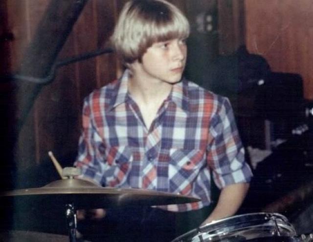 Кобейн, следуя за мечтой создать группу, записал демо-запись, которую раздавал знакомым в поисках тех, кому было бы интересно играть с ним. Одна из кассет досталась Кристу Новоселичу, его другу. Когда к ним присоединился ударник Чэд Ченнинг, и была образована группа, ставшая легендой.
