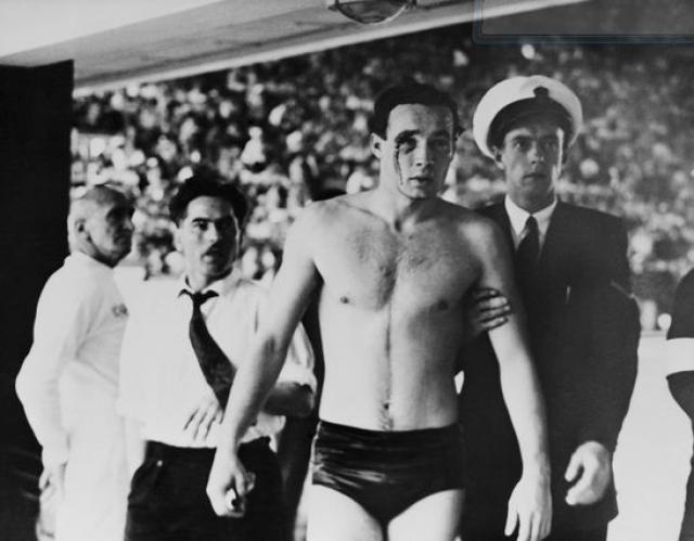 Кровавая битва с СССР. В Олимпийском музее в Лозанне есть фото с окровавленным венгерским ватреполистом в бассейне с такой подписью.