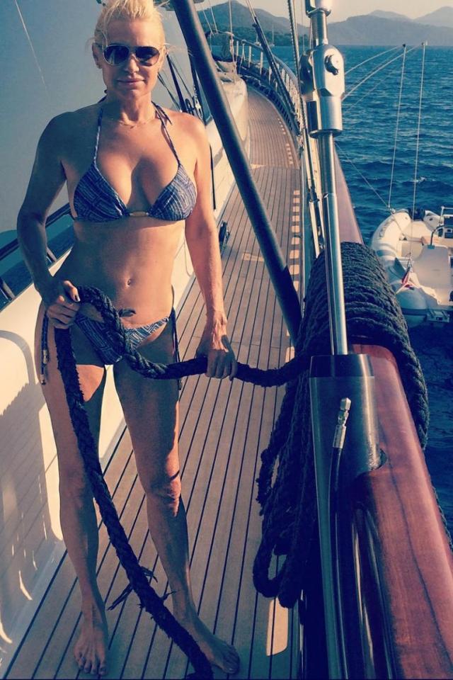 Не мудрено, что она смело делится в соцсетях снимками уик-эндов на пляже.