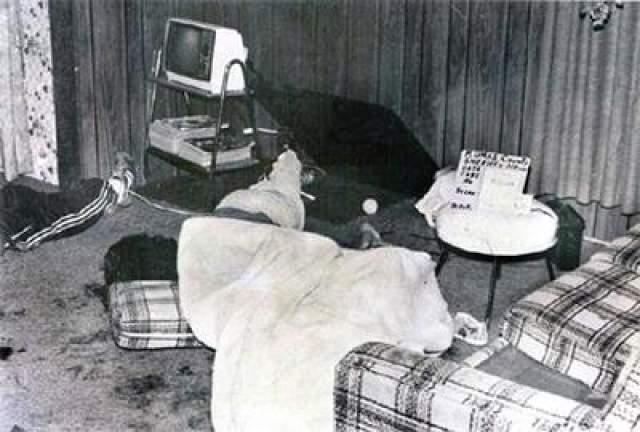 Вся мебель в комнате была переломана, на стенах комнаты были следы крови.