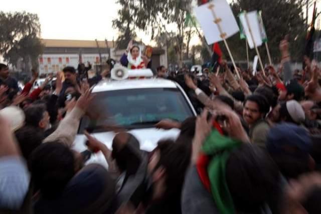 В последний момент Беназир поднялась из люка машины, чтобы помахать сторонникам. В тот момент по джиу открыли огонь из АК-47 и одновременно с этим террорист-смертник подорвал себя, подобравшись вплотную.