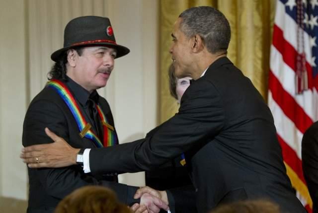 Карлос Сантана и Барак Обама. Очередное вручение очередной премии известному гитаристу-виртуозу не обошлось без обнимашек.