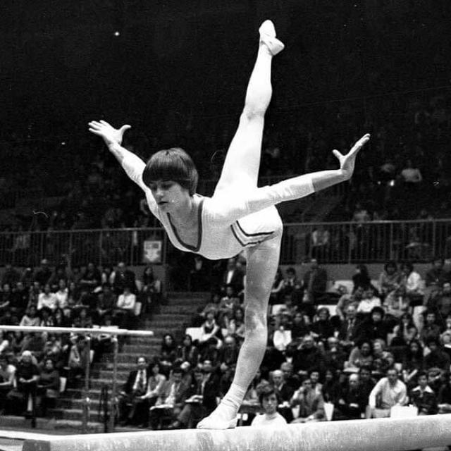 Надя Команечи. Румынская гимнастка стала открытием Олимпийских игр 1976 года, однако после этого ее стало преследовать постоянное давление со стороны тренеров, в добавок к которому развелись родители.