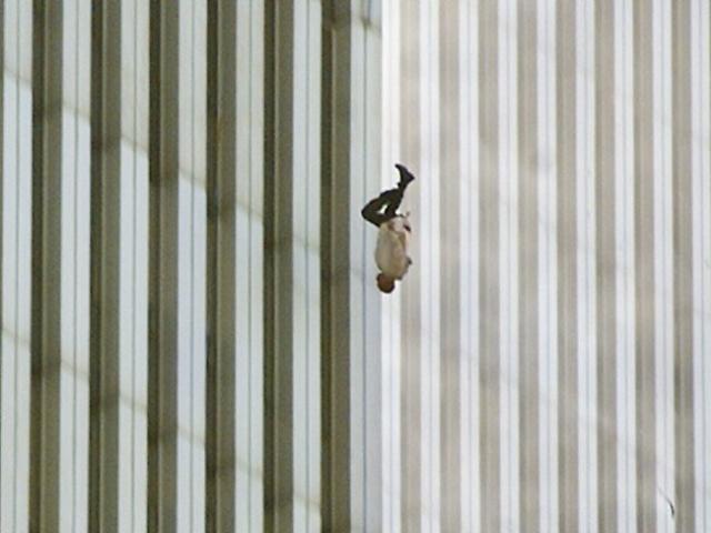 Как минимум 200 человек из числа попавших в ловушку на верхних этажах башен спрыгнули вниз, предпочитая такую смерть смерти от огня.