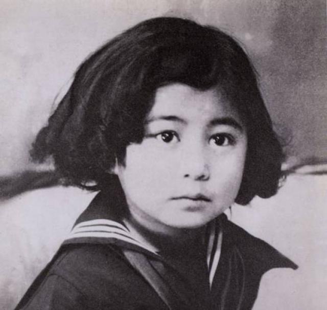 """Несколько лет назад Йоко посетила Дом-музей Пушкина - в Берново, где бывали ее тетушки. """"Мне кажется , - сказала она, - что я вернулась в свой дом из долгого-долгого путешествия."""""""