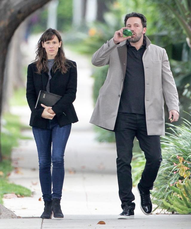 За последующие несколько месяцев актеры то откладывали развод и пытались наладить отношения, то снова ссорились.