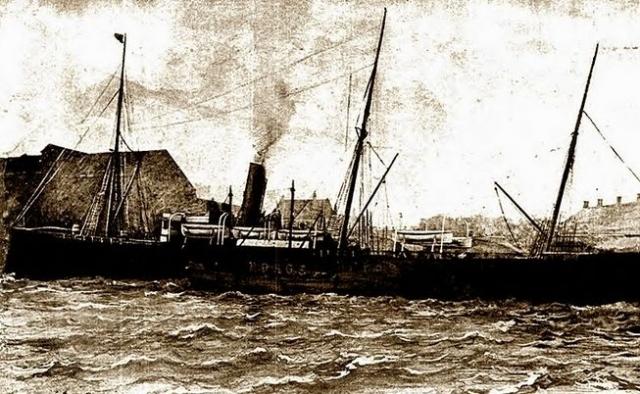 Часы в штурманской рубке показывали 7 часов 45 минут, когда судно дрогнуло и почти потеряло ход.