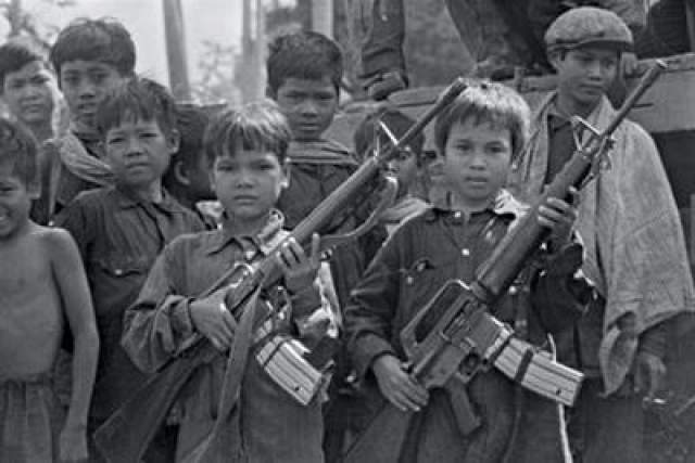 Под свое крыло он, как и положено учителю, принимал юношество. Известно, что впоследствии в красные кхмеры набирали крестьянских подростков 11-12 лет, а сам Пол Пот неоднократно говорил, что для блага Кампучии надо было бы убить всех, кто старше четырнадцати, так как только новое поколение способно создать новую идеальную страну.